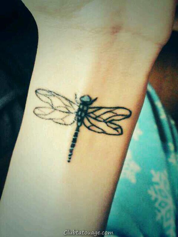 Tatouages Dragonfly sur le poignet pour les femmes