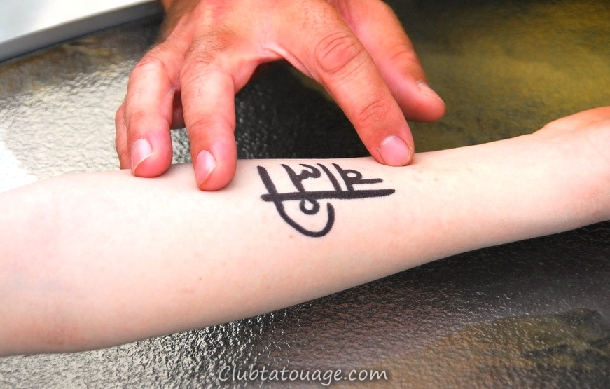 Femme-noeud-petit-tatouages-sur-bras