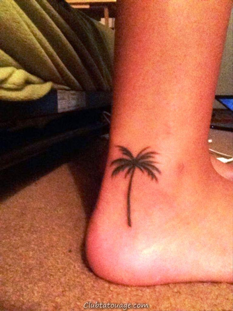 arbre tatouage petite plage au pied de la cheville Palm nautique
