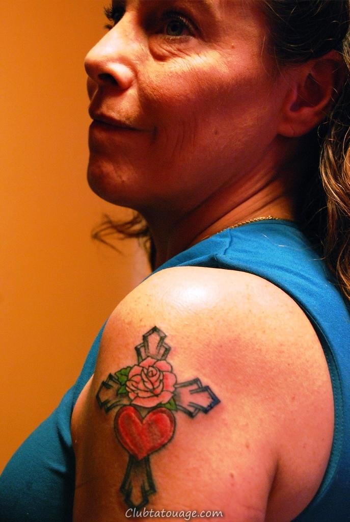 Petit-Croix -Tattoo-Designs-pour-femmes