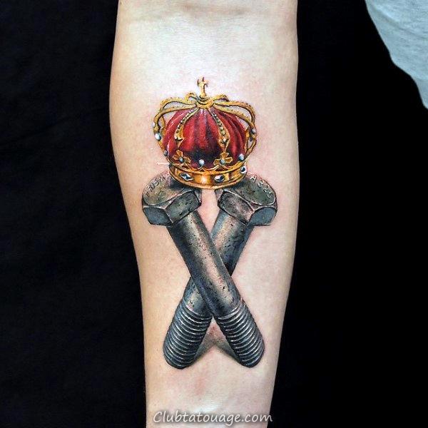 brillant rouge-couronne-et-gris-boulons-tattoo-sur-avant-bras-de-gars