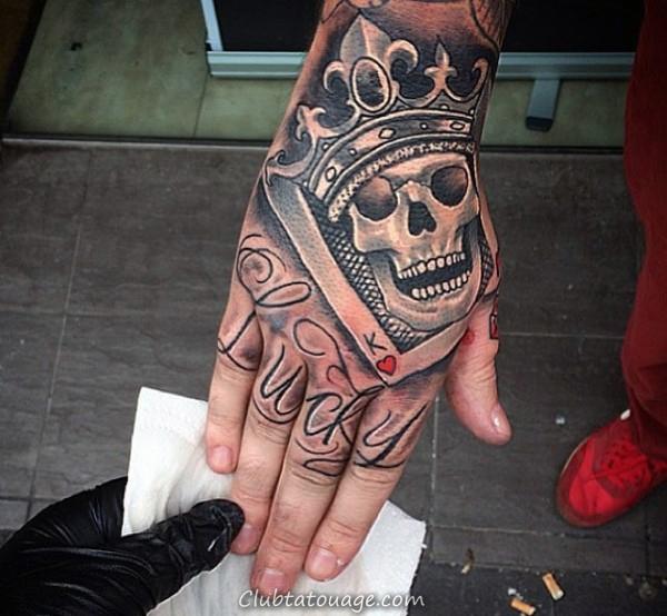 homme-à-sourire-crâne-et-couronne-tatouage sur les mains