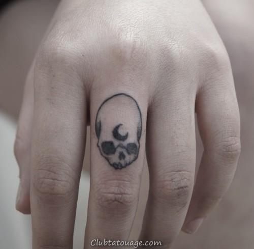 crâne lune tatouage sur le doigt