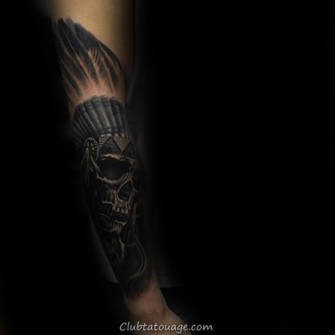 Les gars Tattoo Skull Indien foncé sur l'avant-bras