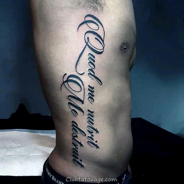 Gentleman Avec Script Memorial Nom Tattoo sur la poitrine