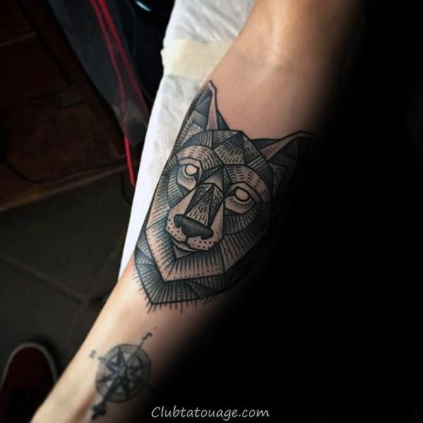 Gentleman Avec Tattoo De Geometric Loup Sur Forearm