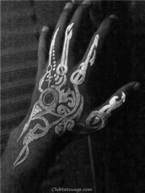 Glow In The tatouages sombre main pour les hommes