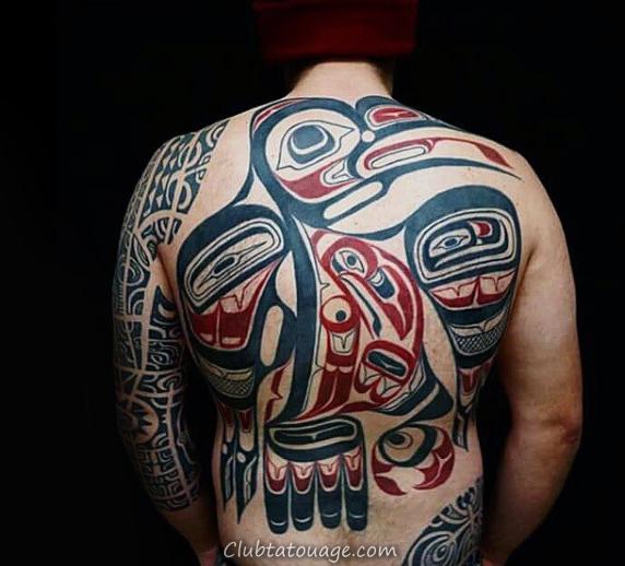 Guy Avec Huge Raven Haida Tattoo Sur Retour