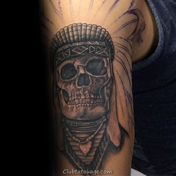 Guy Avec Skull indienne Upper Tattoo Arm Dans Shaded Encre Gris