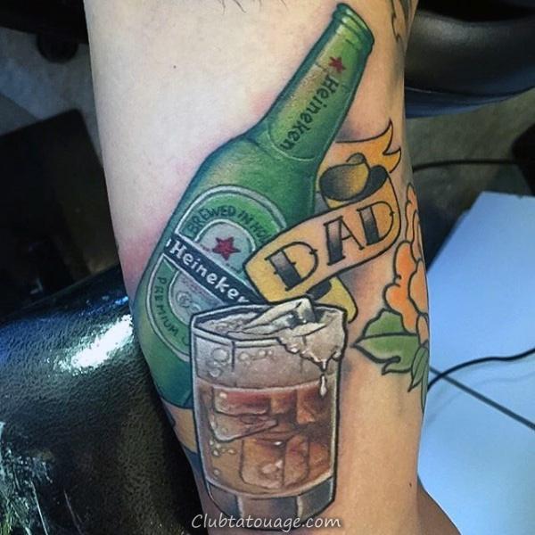 Guys bière Heineken et avant-bras papa Tattoo
