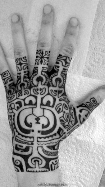 Homme Avec Tattoo Hand tribal