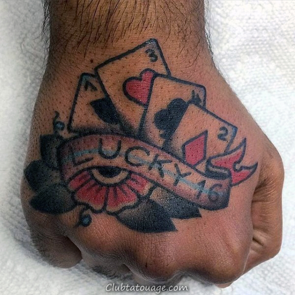 Homme Avec carte de jeu de poignet Tattoo