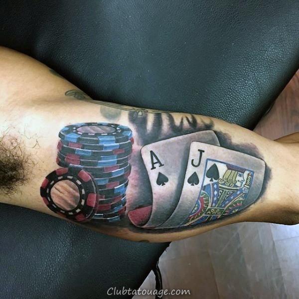 Man Walking Rue Avec Cartes à jouer Hommes Upper Tattoo Arm