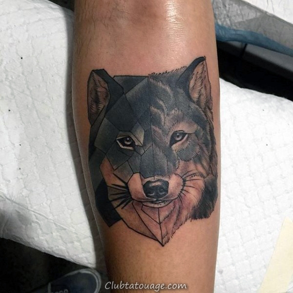Homme Avec Geometric Loup Tattoo sur Upper Forearm