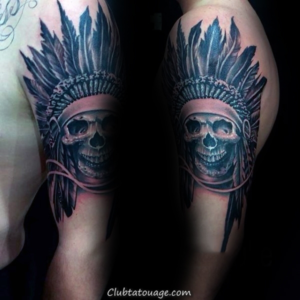 Man With Tattoo Of Skull indienne sur Upper Arm
