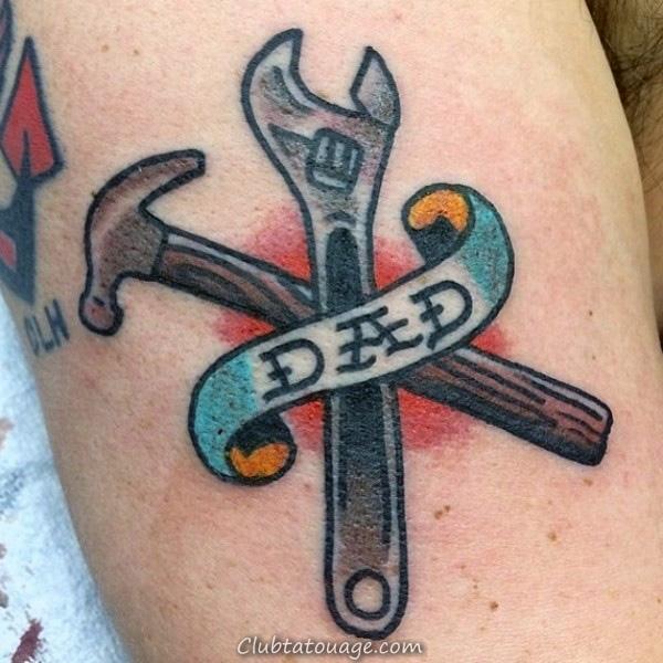 Man avec des outils et papa tatouage sur l'avant-bras