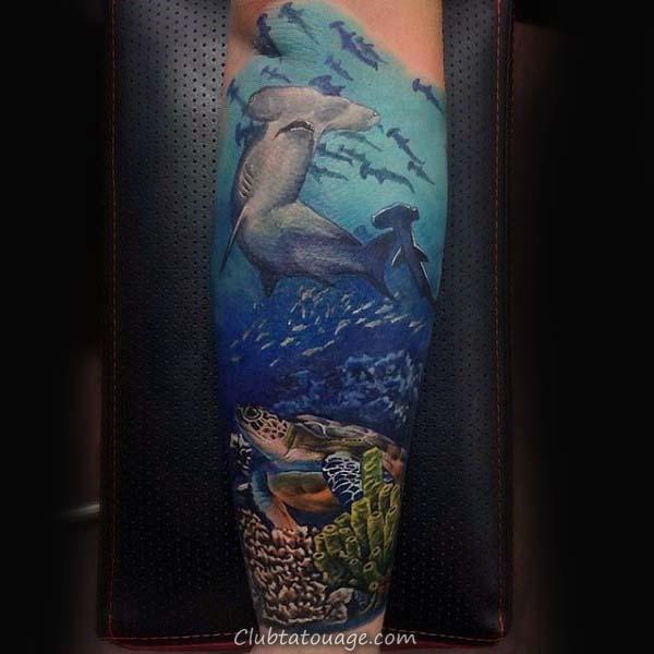 Man With Arm Tattoo De Natation Tortue In Blue Ink eau avec des vagues de l'espace négatif