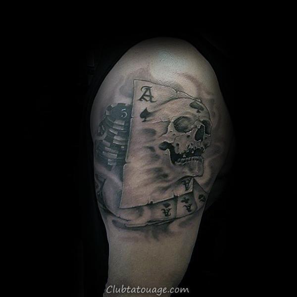 Les gars traditionnels Jouer Roi de carte de tatouage sur l'avant-bras