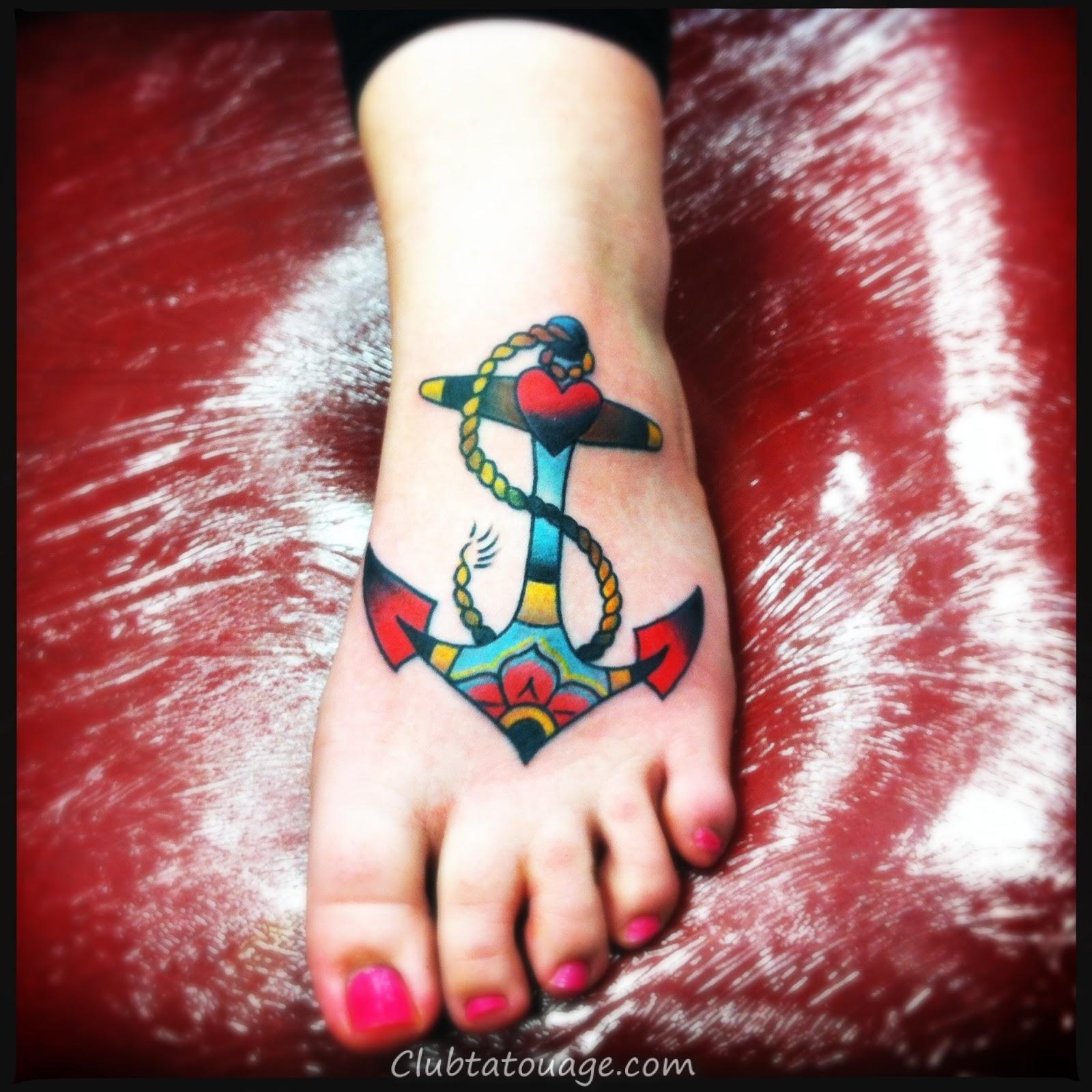 les meilleurs tatouages des ancres, nous voyons une fille avec un beau tatouage et
