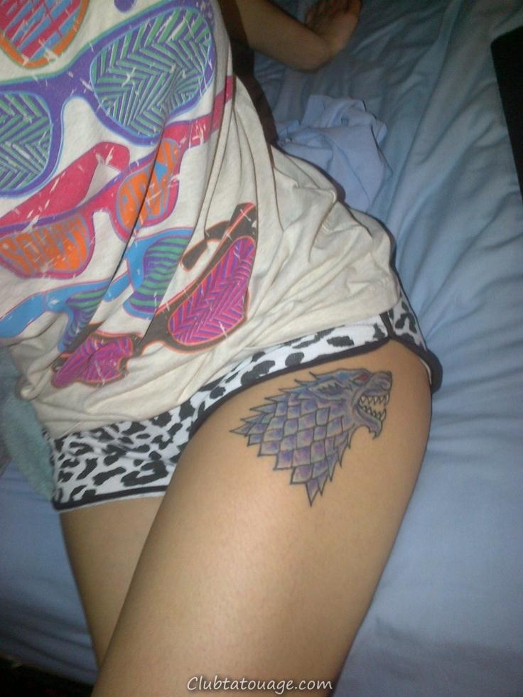 fille en pyjama courts, porte un tatouage de la maison cuisse stark