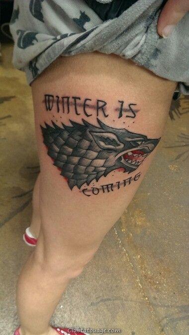 Gigot d'une femme avec un tatouage de la maison stark