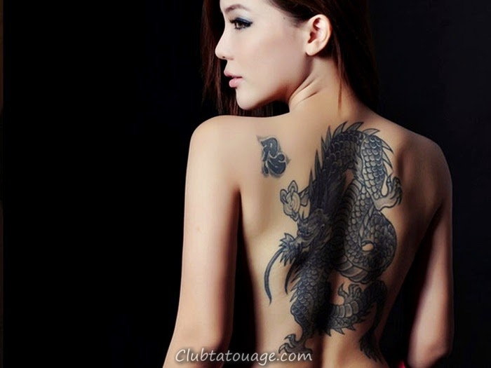 Fille asiatica retour d'un dragon tibétain de tatouage