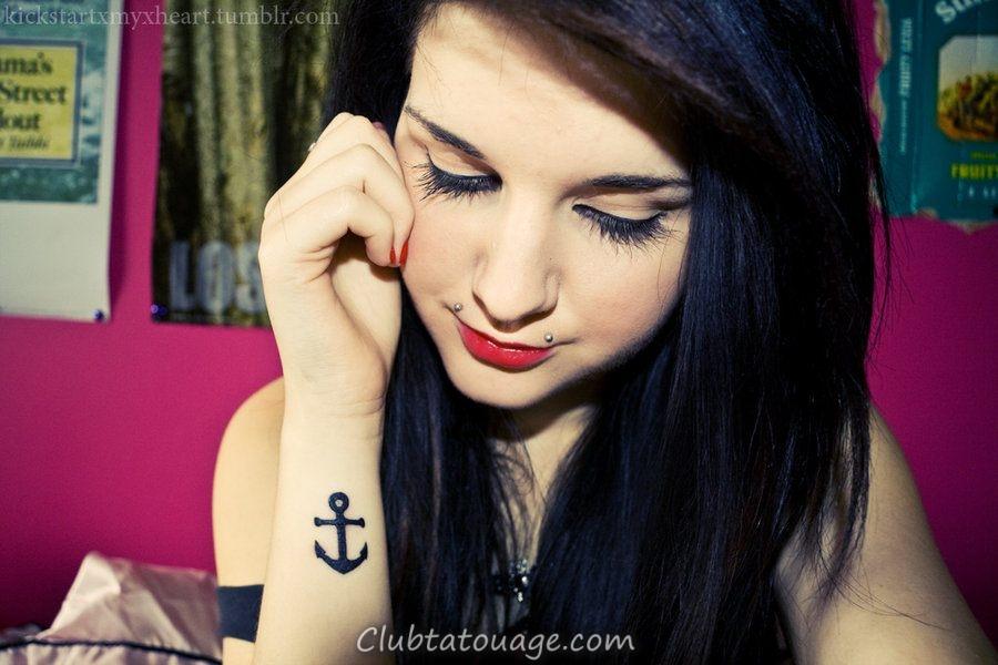 le meilleur tatouages des ancres, on voit une fille avec une belle et délicate tatouage