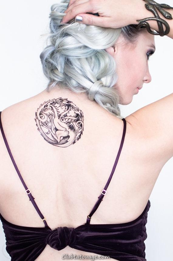 fille aux cheveux blancs, porte un tatouage sur le dos de la maison