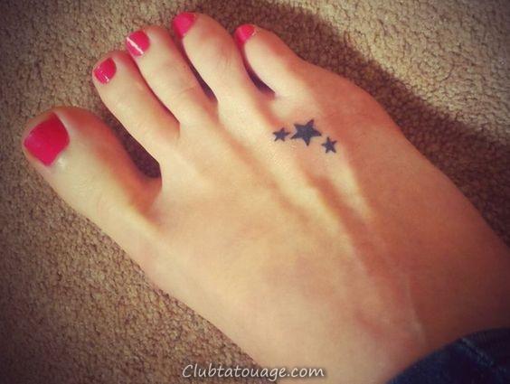 Un beau modèle nous ses tatouages à la mode montre, tatujes tendance de ces dernières années qui sont les tatouages petit et délicat