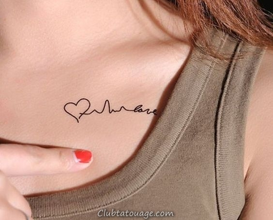 Un beau modèle nous montre son tatouage à la mode, tatujes tendance dans la dernière années qui sont petites et délicates tatouages 