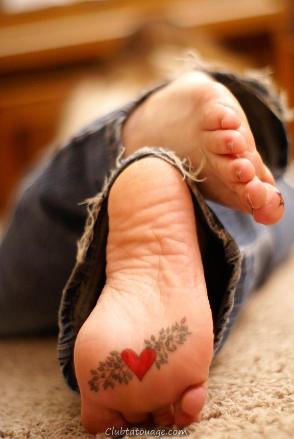 Un beau modèle nous ses tatouages à la mode montre, tatujes tendance dans les dernières années qui sont petites et délicates tatouages