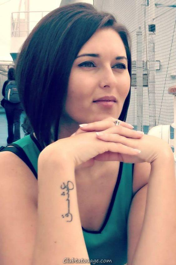 fille avec un tatouage arabe ce sentda dans une rue de bar