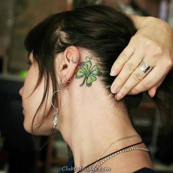 cheveux bruns fille est recueillie derrière l'oreille, nous voyons le tatouage d'un trèfle