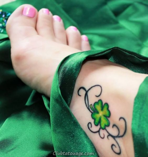 pied féminin, y compris les soies, portant le trèfle tatouage sur le cou