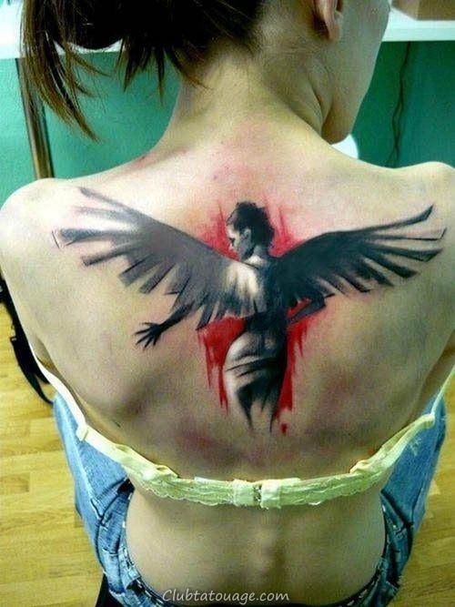 jeune fille assise ramène queue de cheval et aller en jeans, a un tatouage d'ange sur le dos