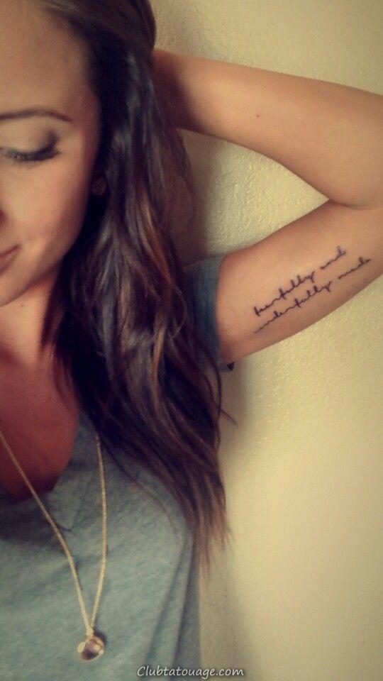 Nous voyons une jeune fille avec un tatouage sur son biceps