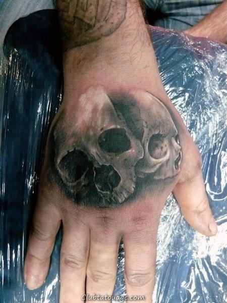 Double crâne Hommes main Tatouages 