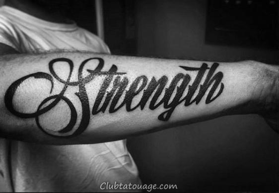 Gentleman Avec Black Ink Force Parole Tattoo Sur Outer avant-bras