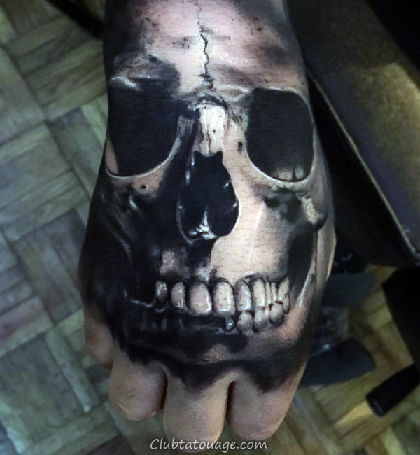 Gentleman Avec Réaliste Teeth Tattoo Skull On Hand