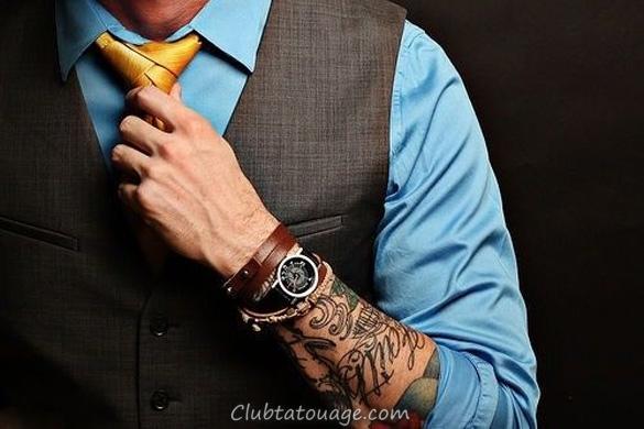 Nous voyons un homme habillé avec des tatouages sur antebrado