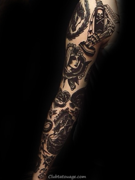 Homme Avec Tattoo Of design Sleeve traditionnel
