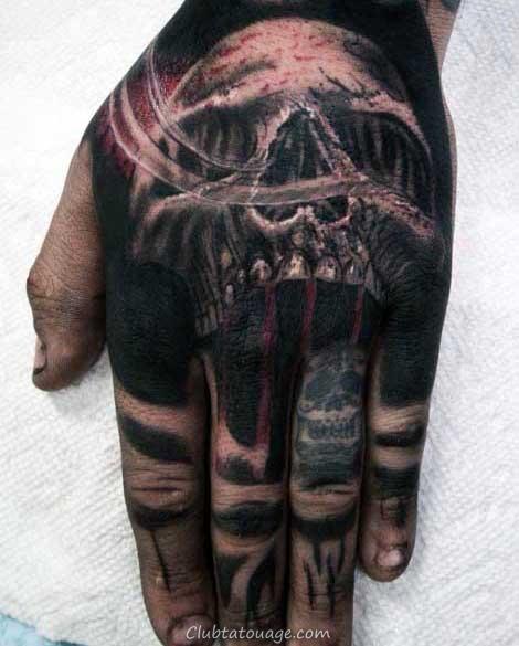 Homme avec la main Tattoo Spade Skull