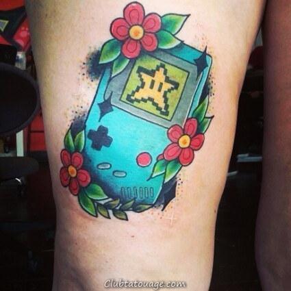 sur la jambe d'une jeune fille voir le tatouage d'un garçon de jeu