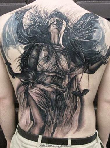voir tatouage d'un ange gardien, il est un tatouage réaliste dans les tons gris