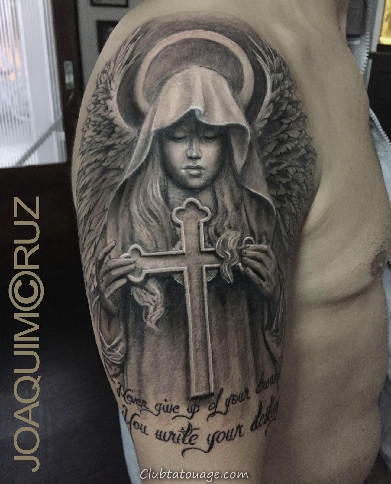 voir tatouage d'un ange gardien, est un tatouage réaliste dans les tons gris