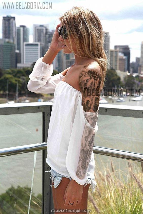 femme blonde sur un balcon donnant sur la ciuda, vêtu d'un tatouage d'ange sur le bras