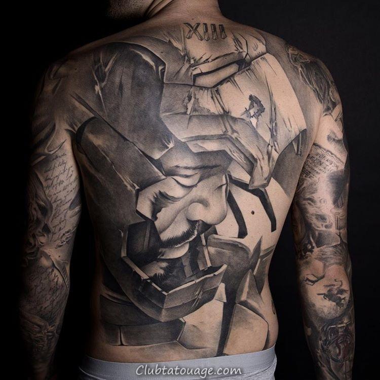 tatouage sur le dos d'un homme, est un tatouage de fer homme tatouage est super réaliste