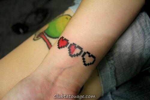 modèle montre son tatouage est un tatouage de style de geek