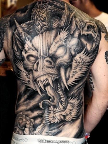 spectaculaire tatouage 3D, le tatouage couvre modèle de l'épée
