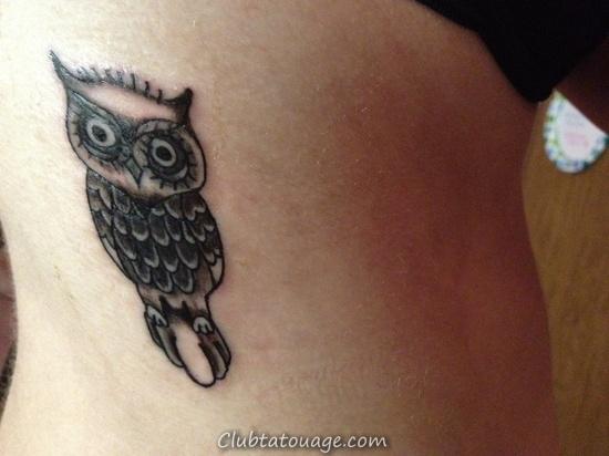 on voit une jeune fille avec un tatouage élégant